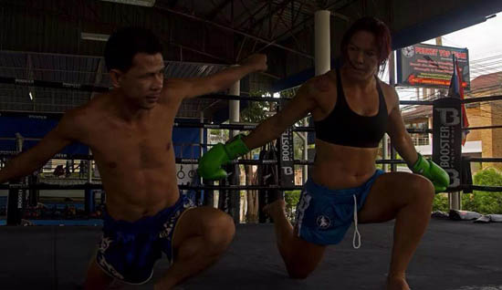 Kru Choek teaching Cristiane Cyborg the 'wai kru'